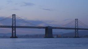 Puente de la bahía de Oakland, San Francisco, en la salida del sol metrajes