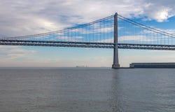 Puente de la bahía, San Fransisco, América con el cielo nublado y el watr tranquilo Fotografía de archivo libre de regalías