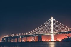 Puente de la bahía de Oakland en la noche Imagen de archivo
