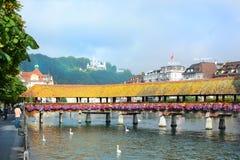 Puente de la capilla de los hoteles de los cisnes Fotografía de archivo libre de regalías