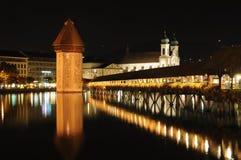 Puente de la capilla en la noche Imagenes de archivo