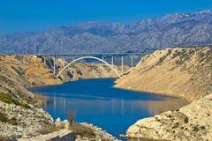 Puente de la carretera A1 debajo de la montaña de Velebit Imagen de archivo libre de regalías