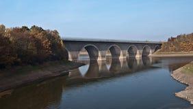 Puente de la carretera sobre la presa de Pohl cerca de Plauen imágenes de archivo libres de regalías
