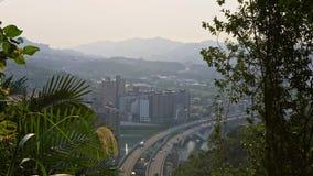 puente de la carretera de la visión aérea 4K con los coches del tráfico del bosque en la ciudad de Taipei almacen de metraje de vídeo
