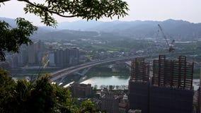 puente de la carretera de la visión aérea 4K con los coches del tráfico y la grúa de construcción almacen de metraje de vídeo