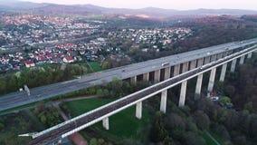 Puente de la carretera y del ferrocarril - visi?n a?rea metrajes
