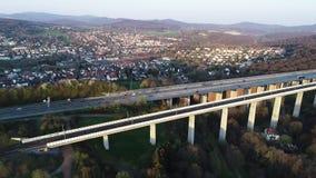 Puente de la carretera y del ferrocarril - visi?n a?rea almacen de metraje de vídeo