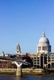 Puente de la catedral y del milenio de San Pablo con el cielo azul Foto de archivo libre de regalías