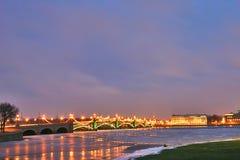 Puente de la ciudad de la noche Imágenes de archivo libres de regalías