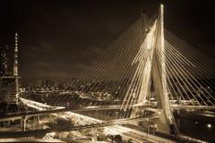Puente de la ciudad de Sao Paulo en la noche Fotos de archivo libres de regalías