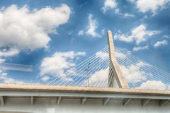 Puente de la colina de arcón de Leonard P Puente del monumento de la colina de arcón de Zakim imagenes de archivo