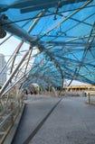 Puente de la hélice a Marina Bay Hotel imágenes de archivo libres de regalías