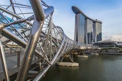Puente de la hélice a Marina Bay Hotel imagenes de archivo