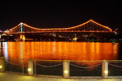 Puente de la historia de Brisbane en la noche foto de archivo