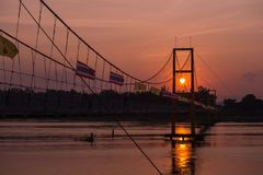 Puente de la historia de Taksin y paisaje de la puesta del sol imagen de archivo libre de regalías