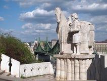 Puente de la libertad y estatua de St Stephen Fotografía de archivo libre de regalías