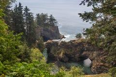 Puente de la naturaleza en Oregon del sur imagenes de archivo