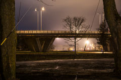 Puente de la noche con las luces del coche Fotos de archivo libres de regalías