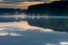 Puente de la noche en el lago en la niebla Foto de archivo libre de regalías