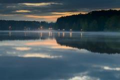 Puente de la noche en el lago en la niebla Imágenes de archivo libres de regalías