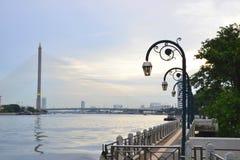Puente de la opinión de la mañana del frente de Chao Phraya River Fotos de archivo libres de regalías