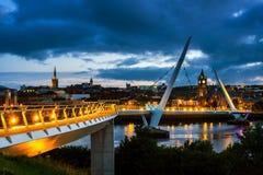 Puente de la paz en Derry Londonderry en Irlanda del Norte con el centro de ciudad foto de archivo