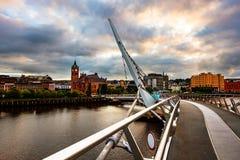 Puente de la paz en Derry Londonderry en Irlanda del Norte, Reino Unido con el centro de ciudad en el fondo Fotos de archivo