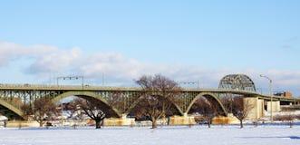 Puente de la paz en invierno foto de archivo libre de regalías
