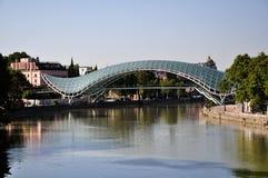 Puente de la paz en Tbilisi Fotos de archivo libres de regalías