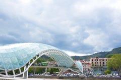 Puente de la paz en Tbilisi imagenes de archivo