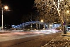 Puente de la paz en Tbilisi, opinión de la noche Imágenes de archivo libres de regalías