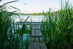 Puente de la pesca en un bastón en día de verano soleado Imagen de archivo
