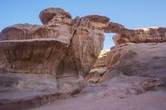 Puente de la piedra del desierto de Wadi Ram Paisaje de Jordania Oscile el arco imagen de archivo libre de regalías