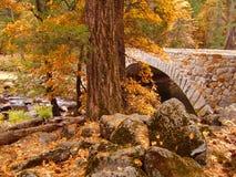Puente de la piedra del parque nacional de Yosemite en otoño Imagenes de archivo