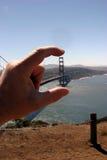 Puente de la puerta de Goldeng entre mis dedos Foto de archivo libre de regalías
