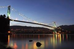 Puente de la puerta de los leones en la noche imagenes de archivo