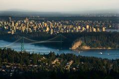 Puente de la puerta de los leones y Vancouver céntrica Foto de archivo libre de regalías