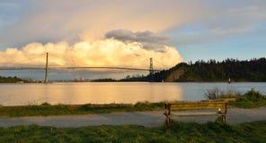 Puente de la puerta de los leones y Vancouver céntrica con las nubes espectaculares fotografía de archivo
