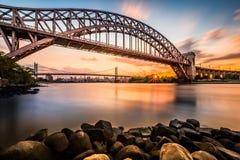 Puente de la puerta y de Triboro del infierno en la puesta del sol Fotografía de archivo