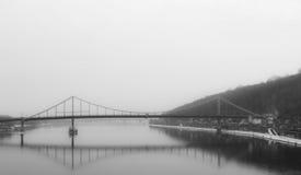 Puente de la reunificación, Dnipro, niebla de la guerra Imagenes de archivo