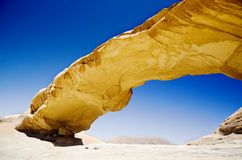 Puente de la roca en desierto del ron del lecho de un río seco Fotografía de archivo libre de regalías