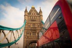 Puente de la torre con el autobús rojo del autobús de dos pisos que pasa cerca Londres, Reino Unido Fotos de archivo libres de regalías