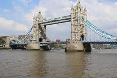 Puente de la torre con el doble rojo Decker Bus fotografía de archivo libre de regalías