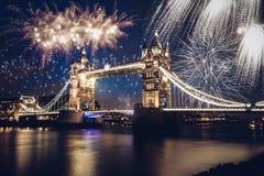 Puente de la torre con el fuego artificial, Año Nuevo en Londres, Reino Unido Imagenes de archivo