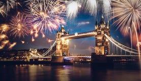 Puente de la torre con el fuego artificial, Año Nuevo en Londres, Reino Unido Imágenes de archivo libres de regalías