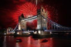 Puente de la torre con el fuego artificial, celebración del Año Nuevo en Londres, Reino Unido Imagenes de archivo