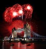 Puente de la torre con el fuego artificial, celebración del Año Nuevo en Londres, Reino Unido Fotografía de archivo libre de regalías