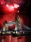 Puente de la torre con el fuego artificial, celebración del Año Nuevo en Londres, Reino Unido Foto de archivo libre de regalías