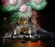 Puente de la torre con el fuego artificial, celebración del Año Nuevo en Londres, Reino Unido Fotos de archivo libres de regalías