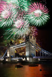 Puente de la torre con el fuego artificial, celebración del Año Nuevo en Londres, Reino Unido Imágenes de archivo libres de regalías